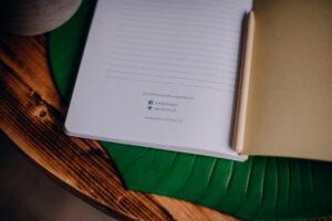 Strona książki z nazwami na mediach społaecznościowych autora