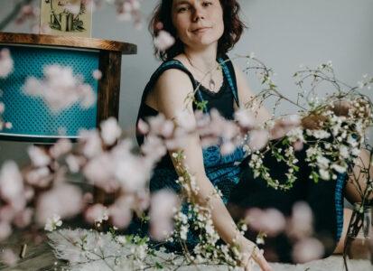 Pani od Zieleni z kwiatami